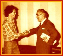 Il presidente Viola e Paulo Roberto Falcao si stringono la mano dopo l'accordo raggiunto